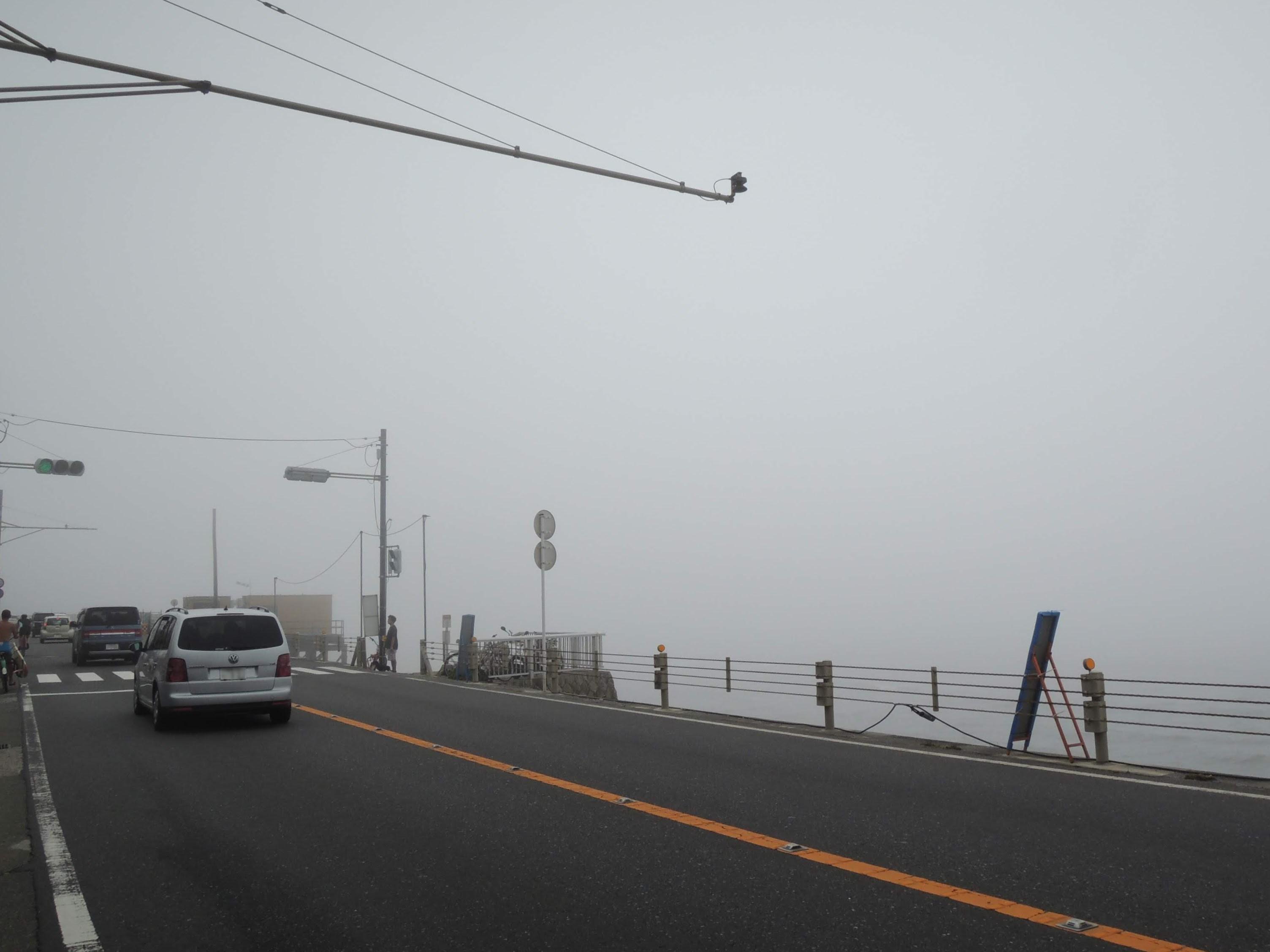 濃霧で何も見えない江ノ島
