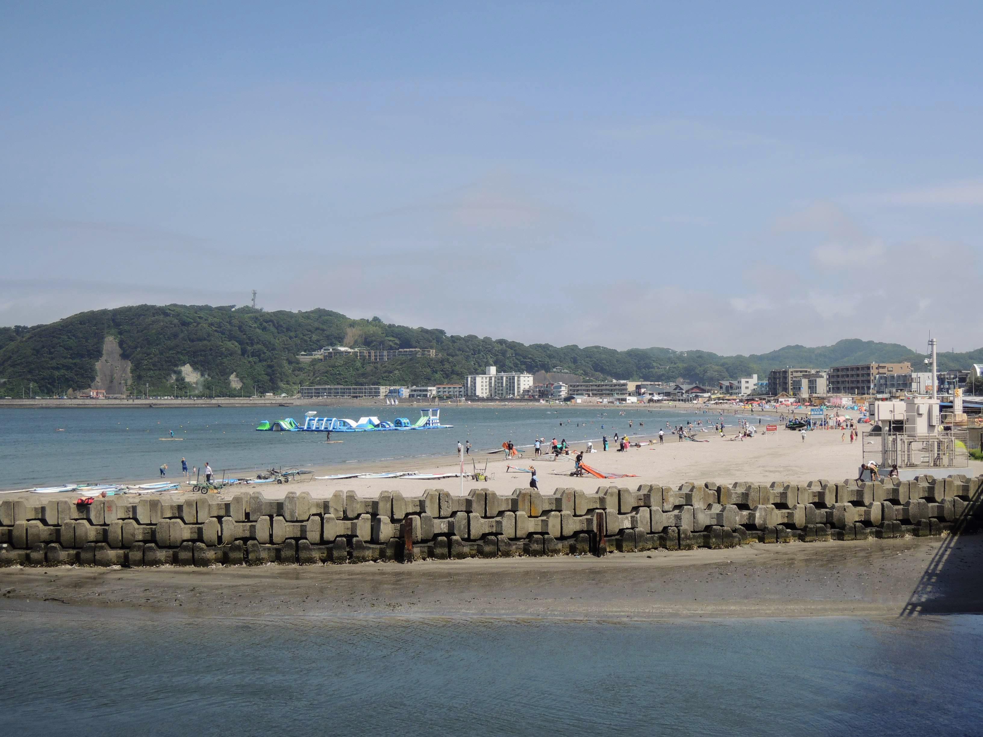 晴れ渡る逗子海岸と海水浴客