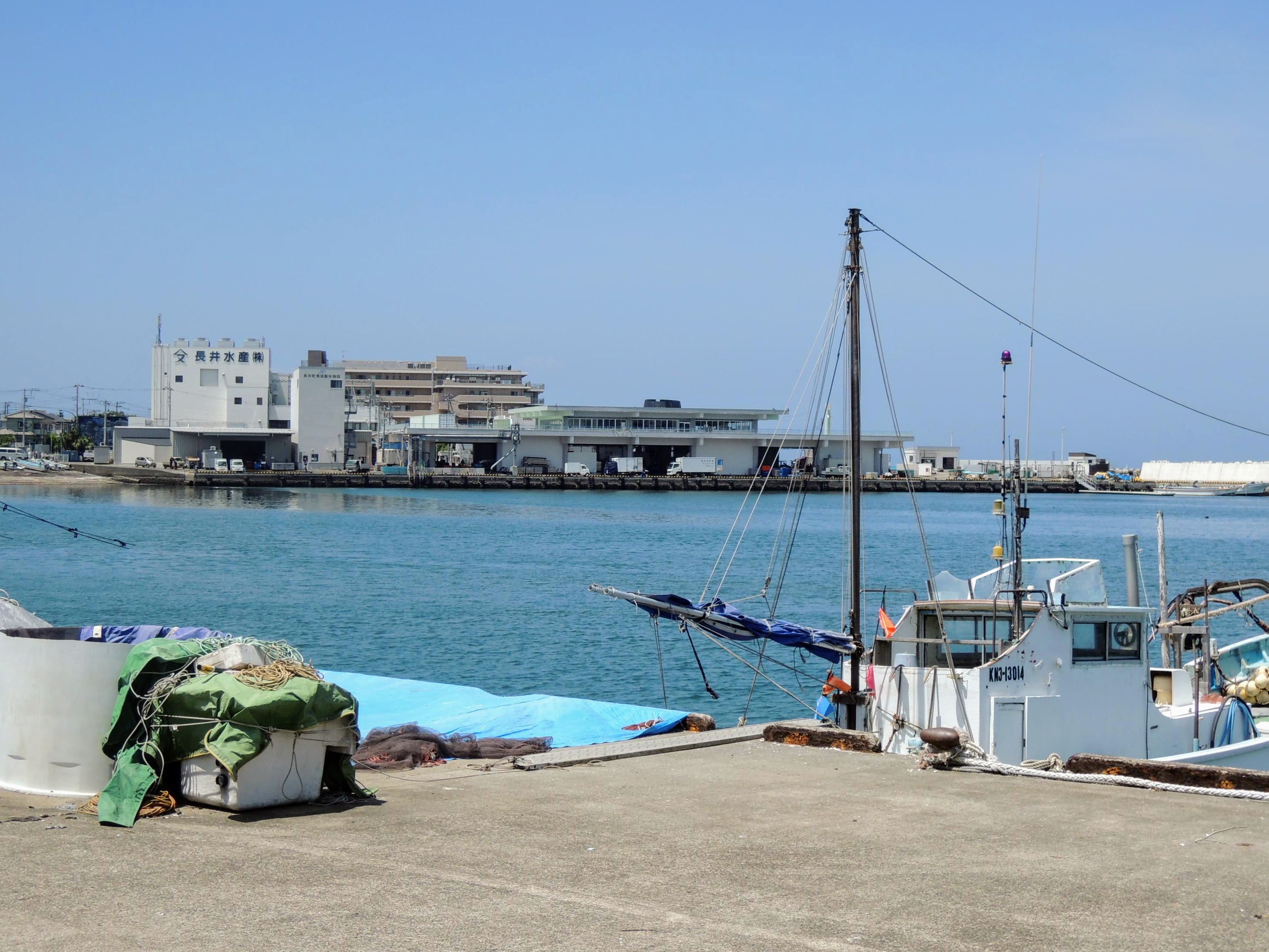 長井漁港、向こうに長井水産を望む