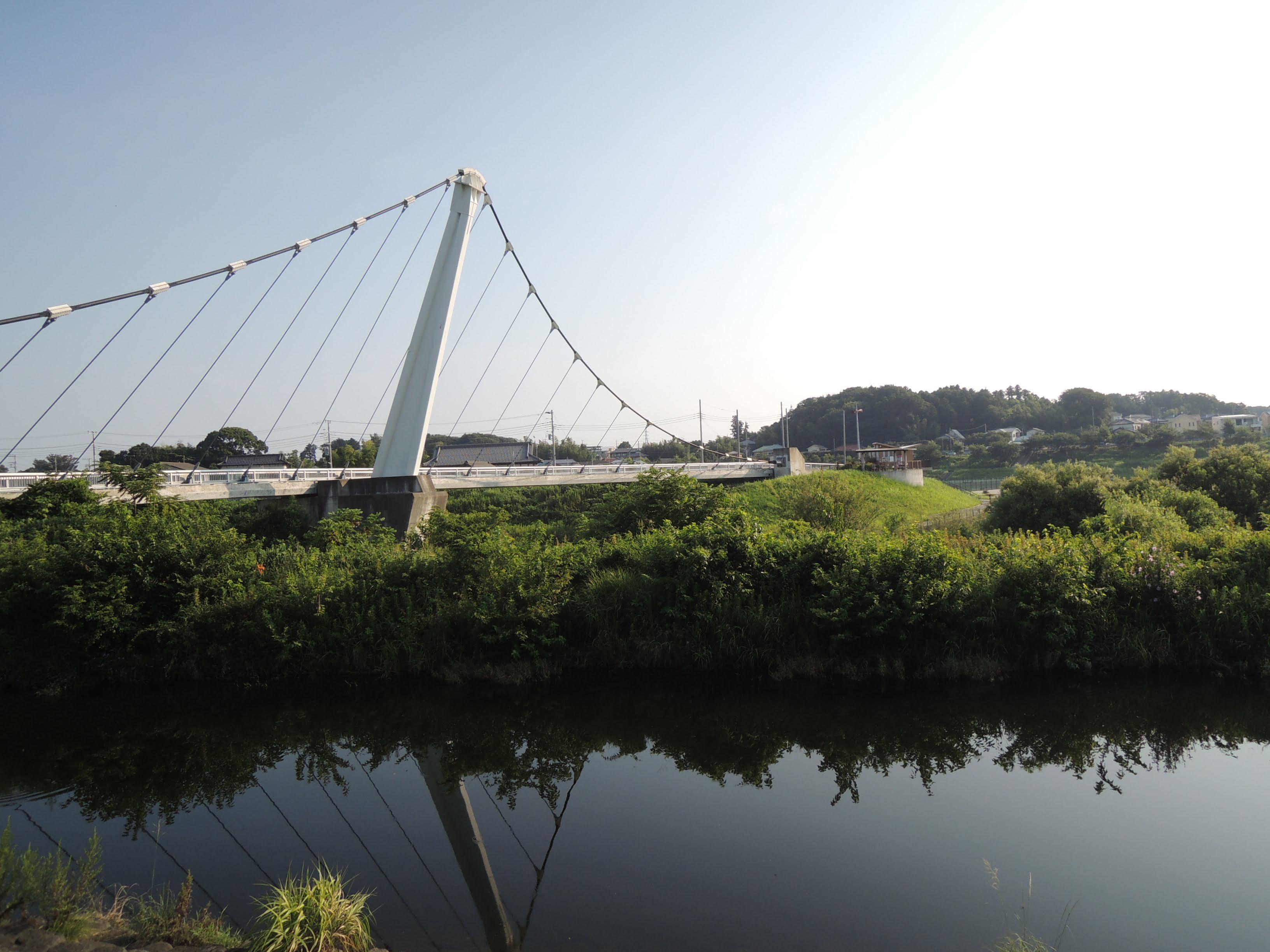 無風の酷暑を予想させる鏡面のような境川と鷺舞橋