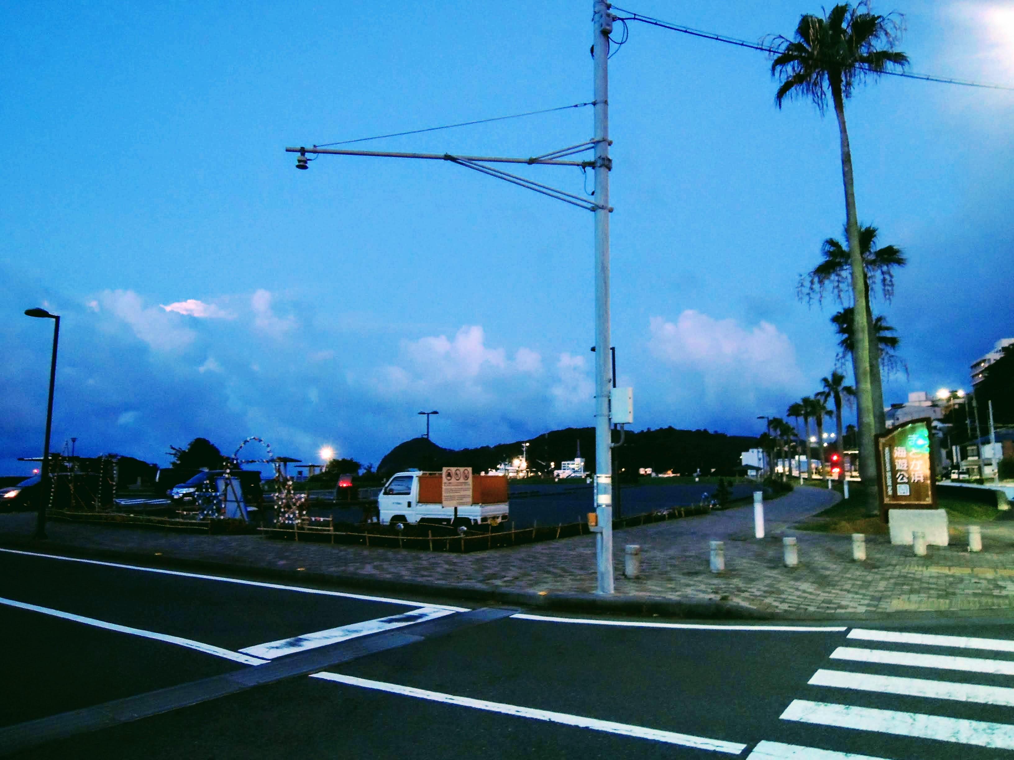 夜明け前の街を走り抜ける