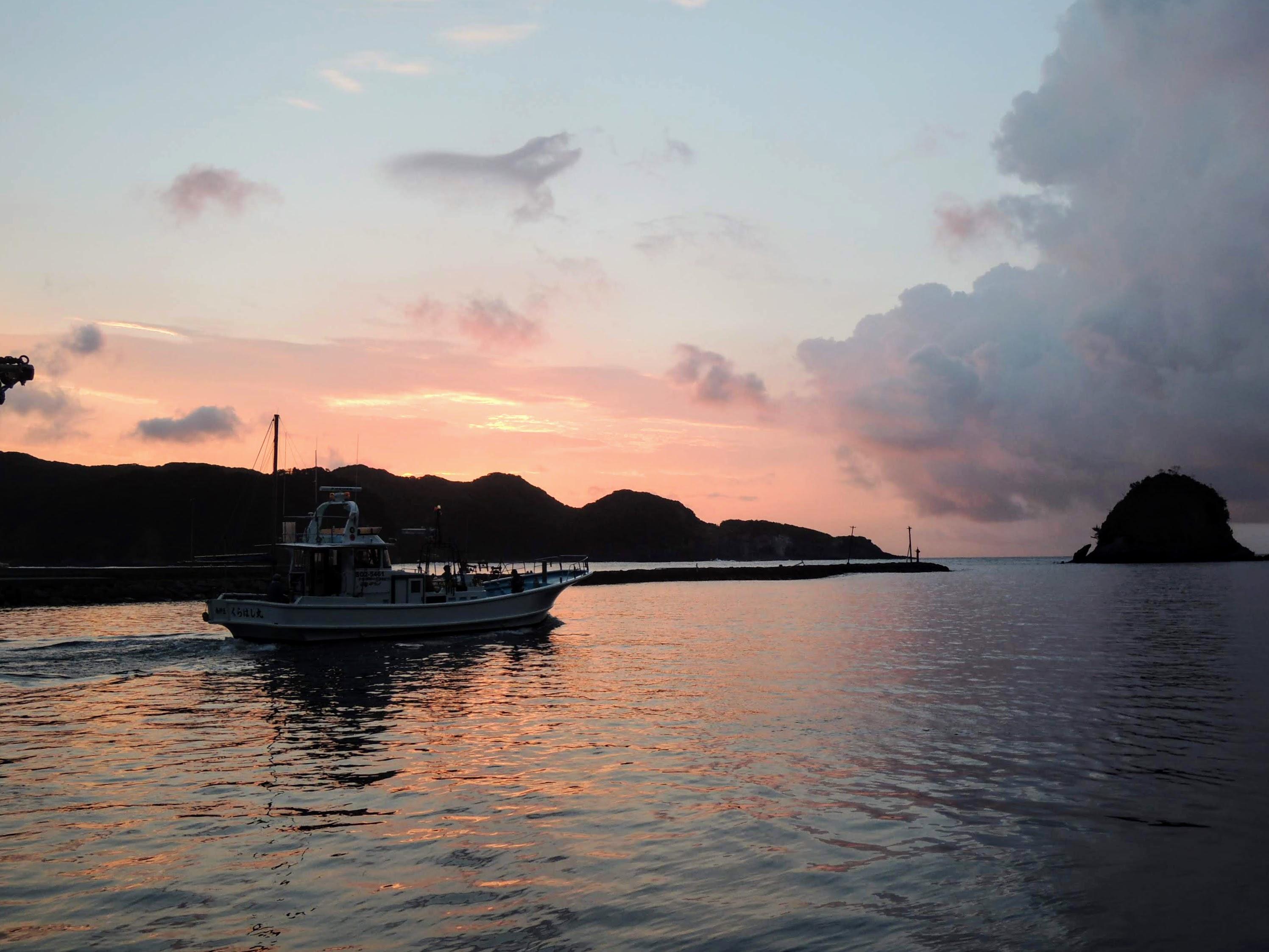 漁船と夜明け