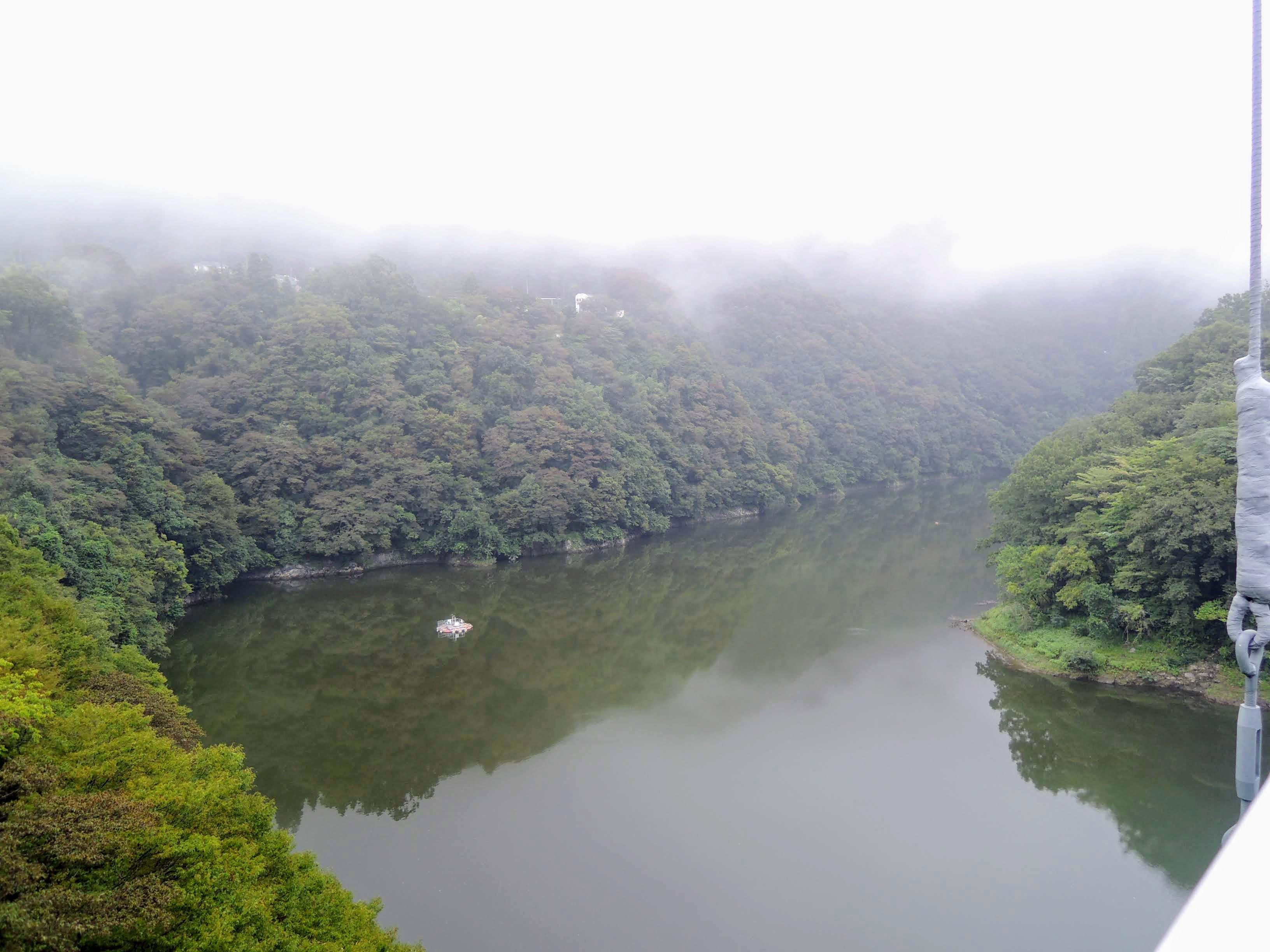 霧もやの名手橋から相模川を望む