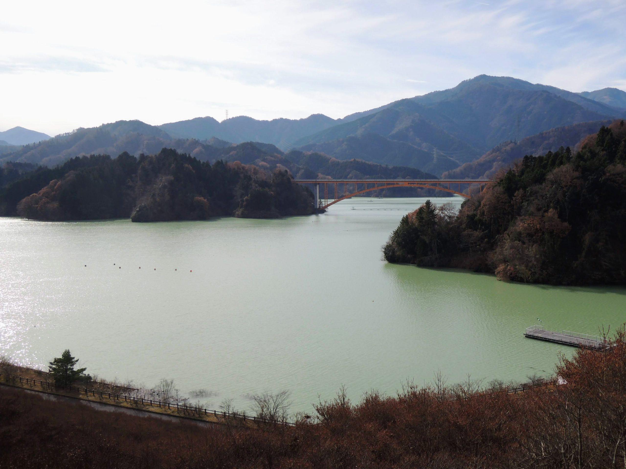 鳥居原ふれあいの館から宮ヶ瀬湖を眺める