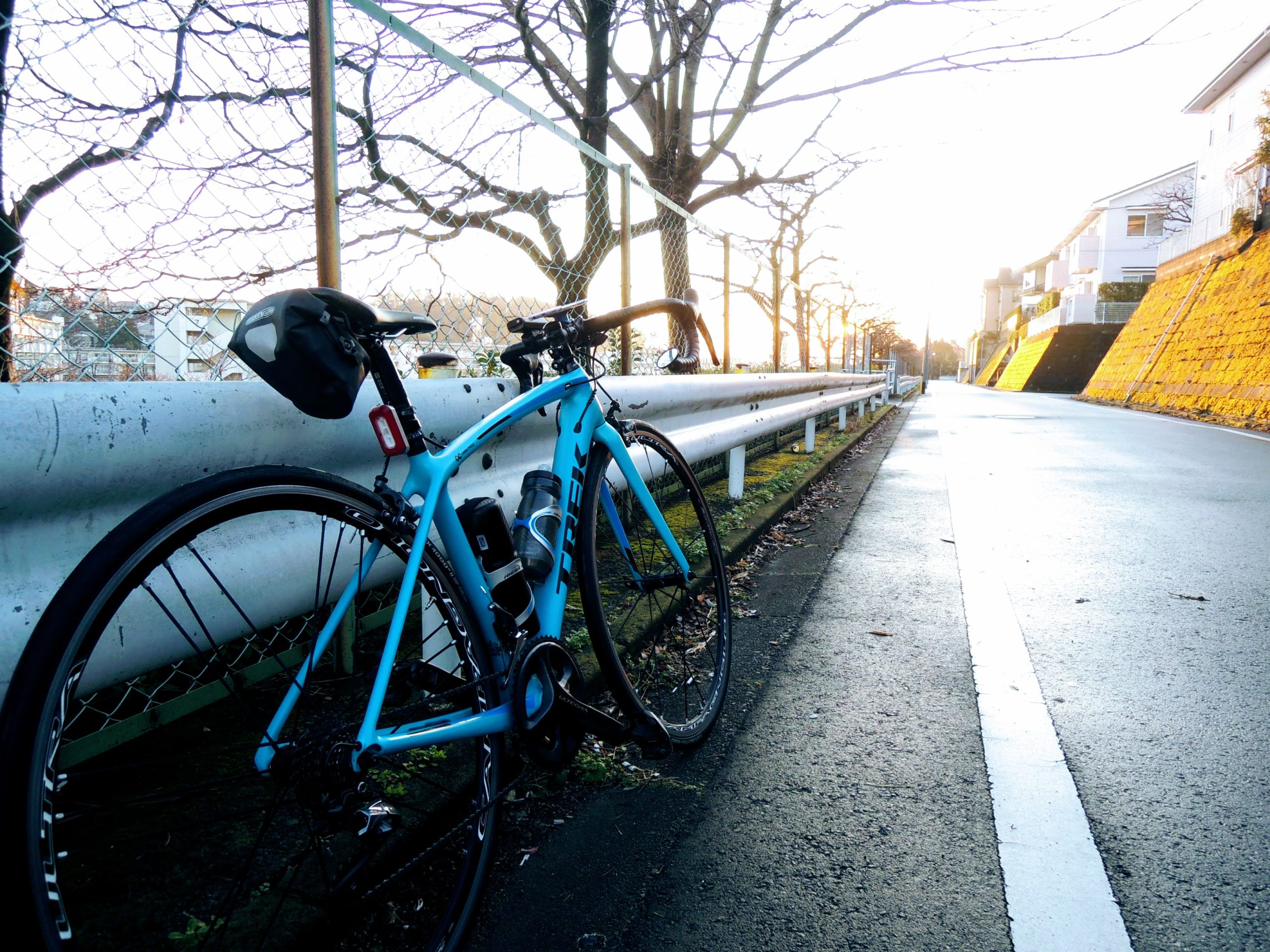 朝日とロードバイク