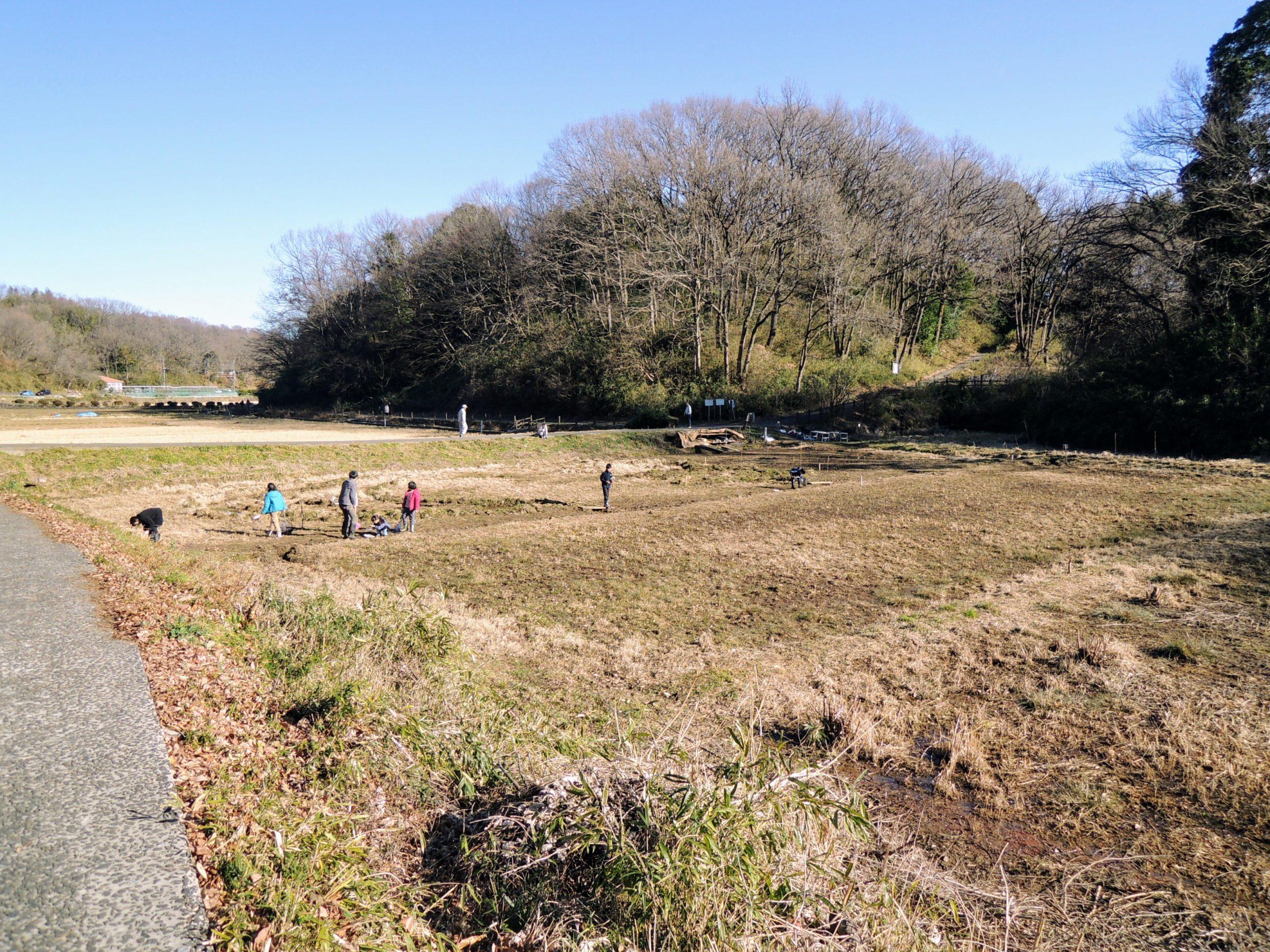 寺家ふるさと村の冬の田で遊ぶ