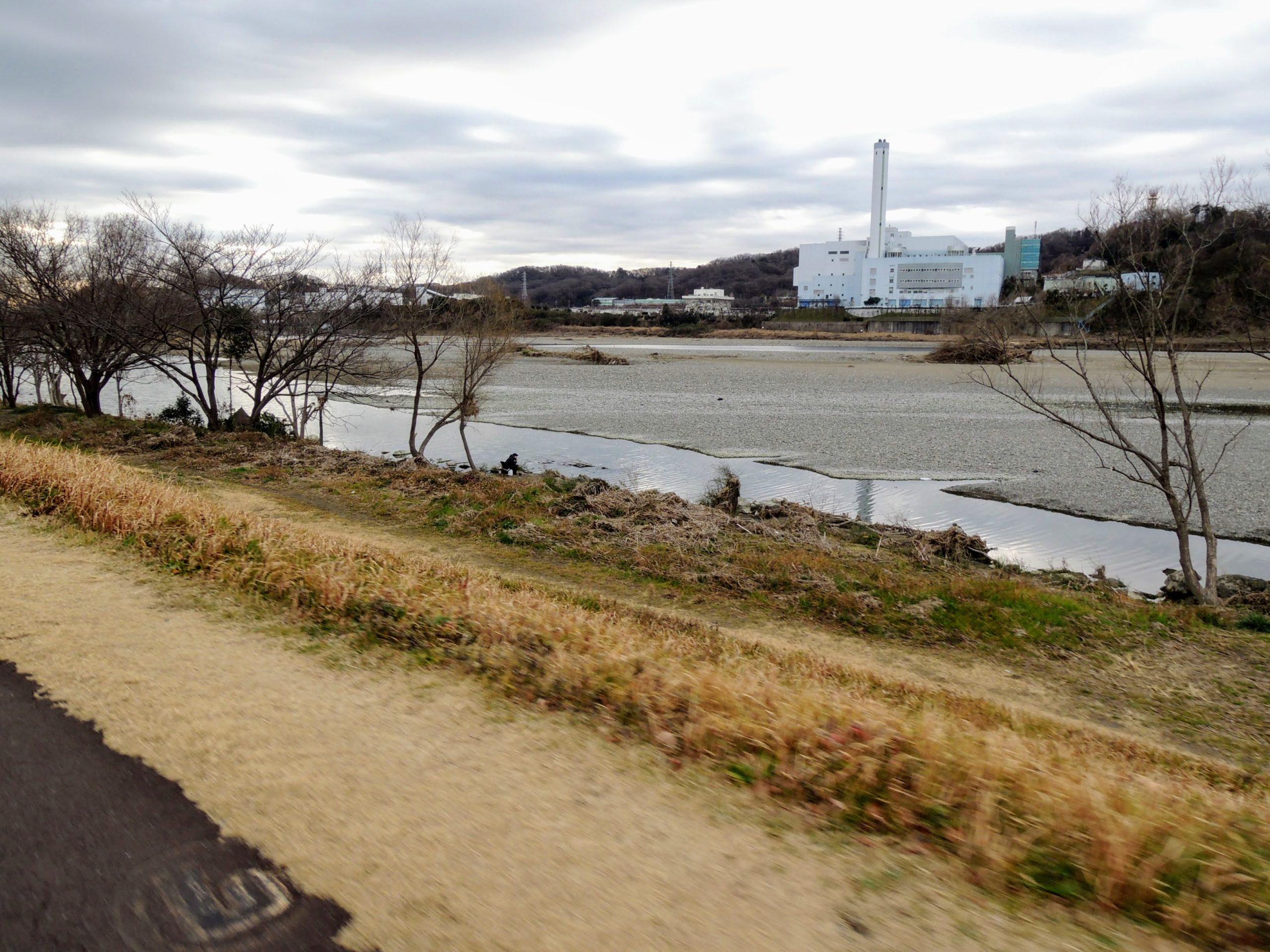 河川敷のサイクリングロードを走る