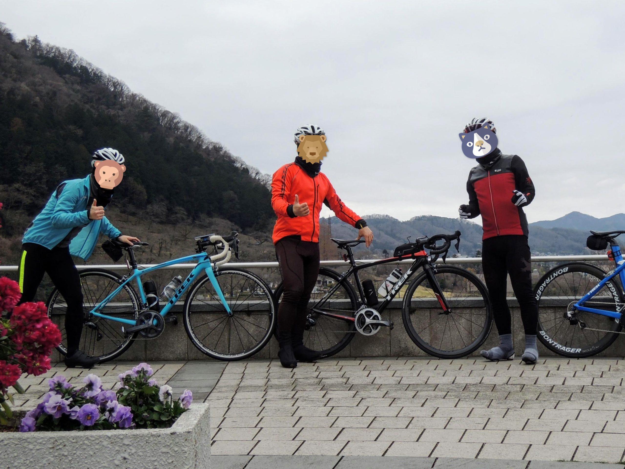 津久井湖を背に3人で記念撮影