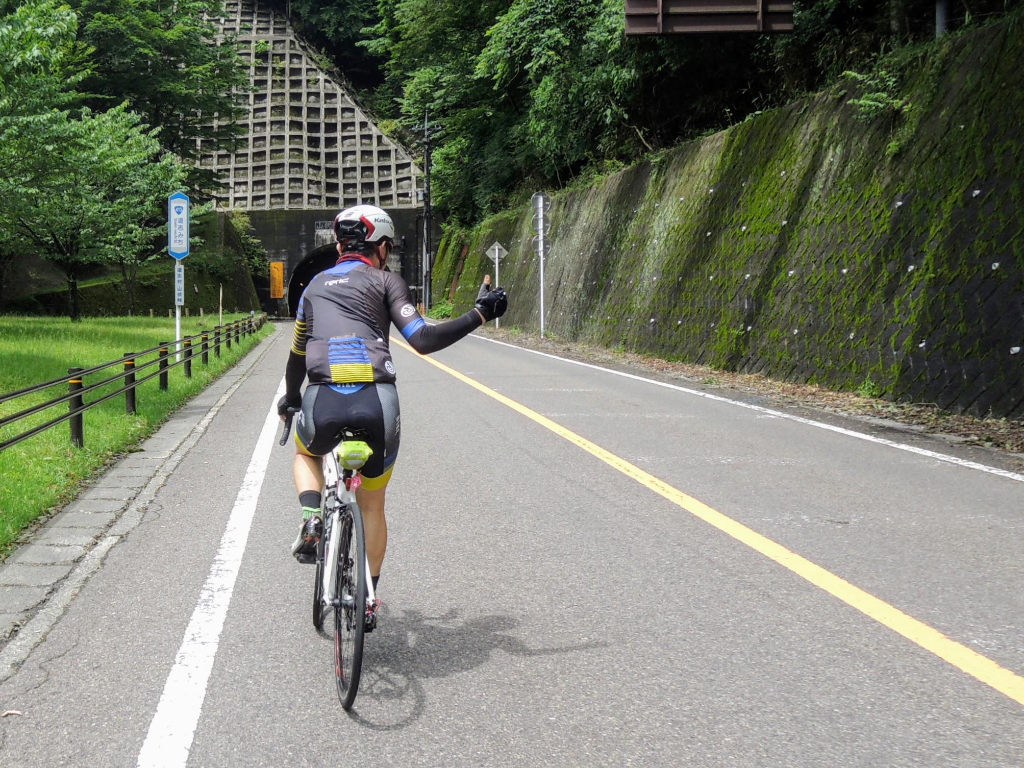 山伏峠のゴール、トンネル見えた