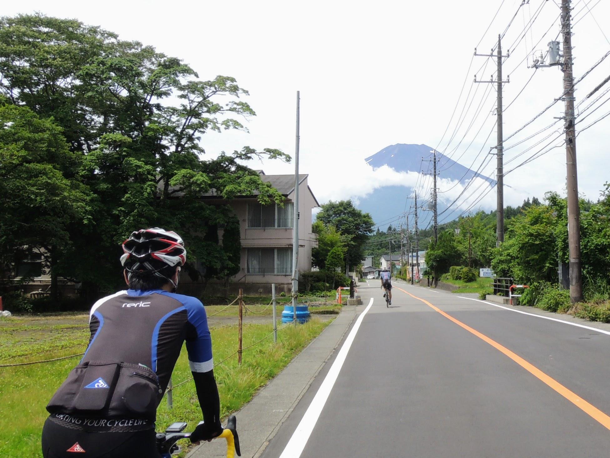 山中湖村に入ると突如現れる富士山