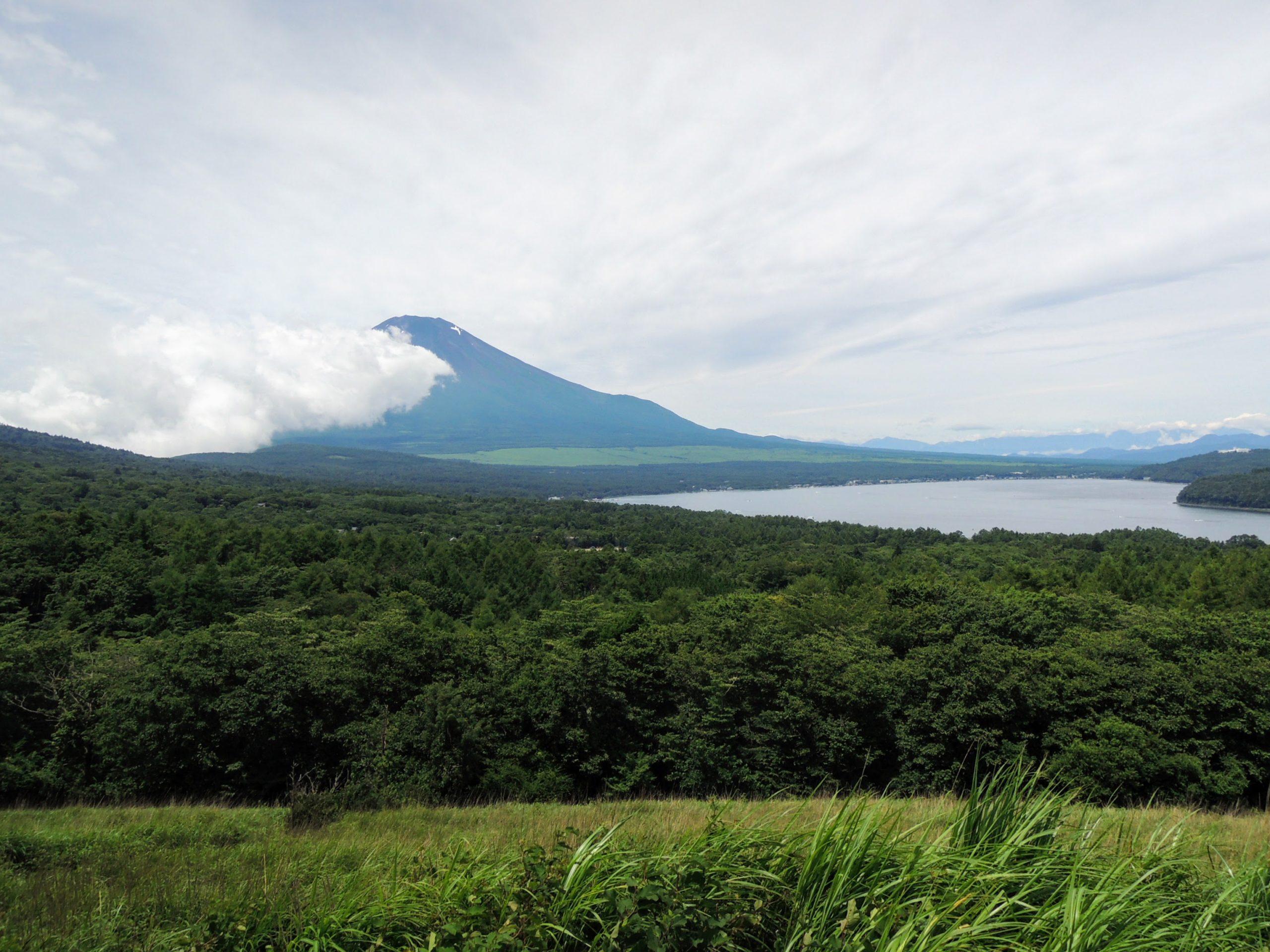 三国峠を少し登って富士山と山中湖を見下ろす