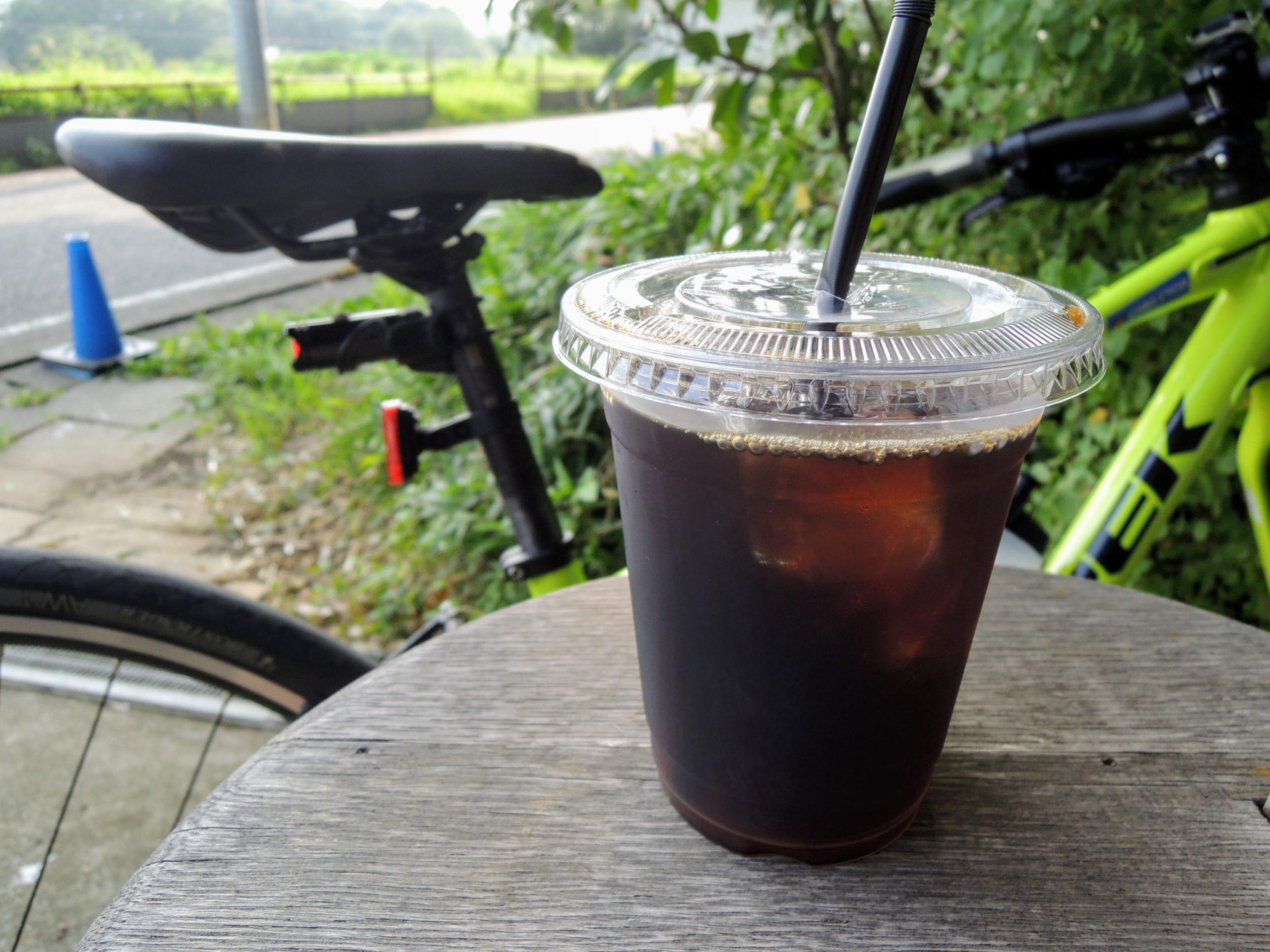 店舗脇の休憩スペースでアイスコーヒーをいただく