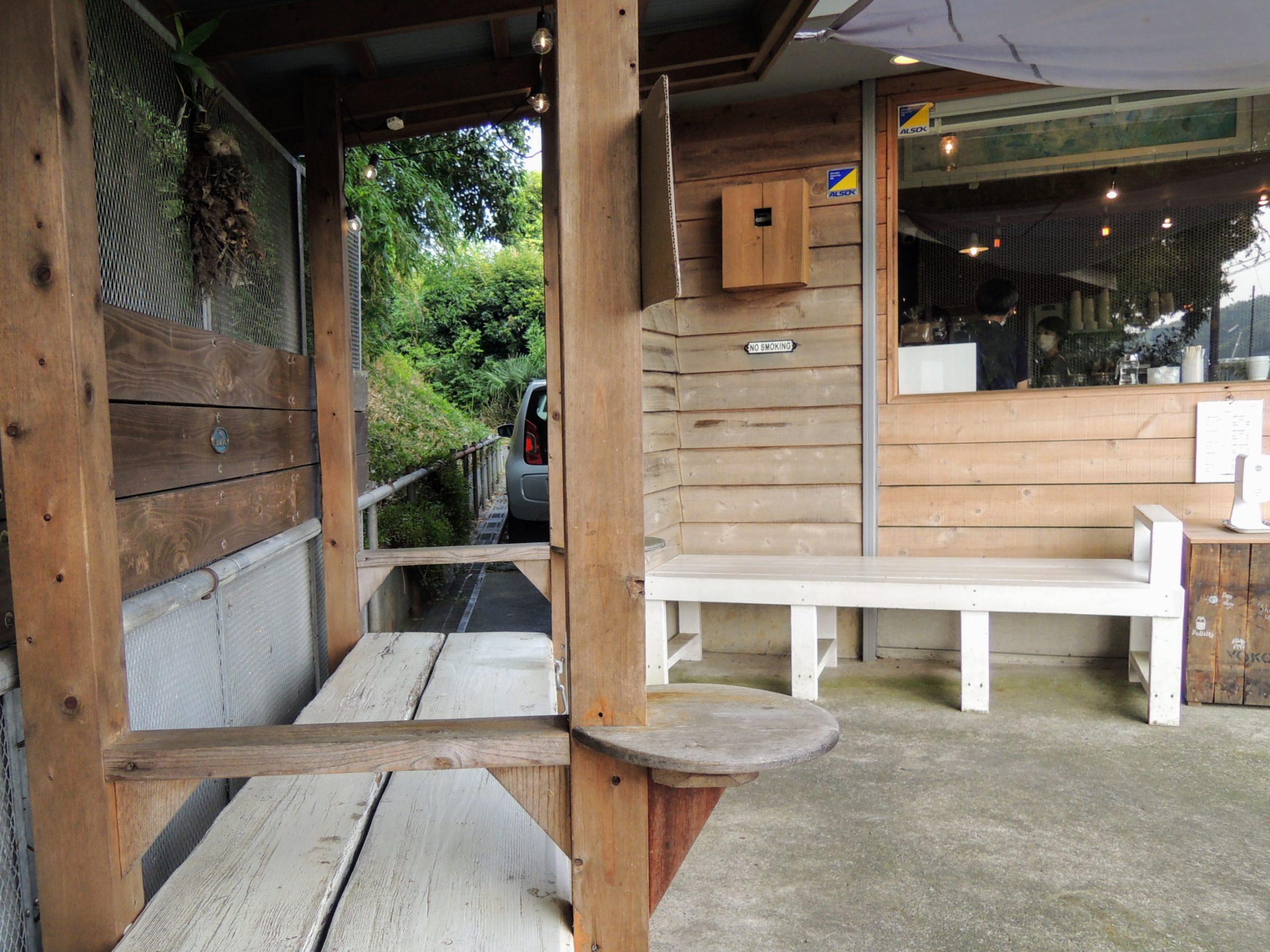 店舗脇の休憩スペース